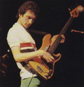 John Deacon, baixista do Queen, vestiu a camisa do clube durante o show em 1981. (Fonte: Revista Placar)